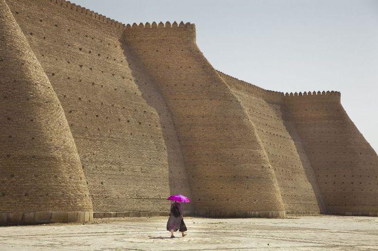Bujara. Las murallas de la fortaleza del Arco, en la foto, fueron construidas en el siglo VII y protegen la antigua ciudadela de Bujara, con suntuosas madrazas y mezquitas como la de Kalon, con cúpulas de azulejos color turquesa y un enorme minarete de 47 metros de altura.