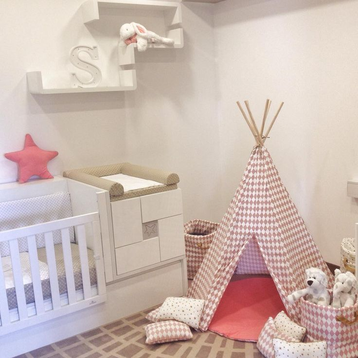 Realmente preciosa esta habitación de bebé con la cuna convertible Clip de Alondra a juego con el textil y los estantes. ¡Nos tiene enamorados!