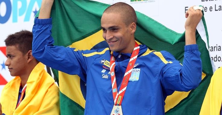 César Castro após vencer o trampolim 3m no Sul Americano de Esportes Aquáticos 2012