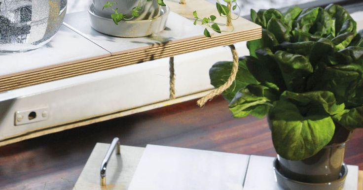 Laatoilla ja puulevyillä voit tehdä näppäriä tarjottimia ja köysihyllyt keittiön tai olohuoneen ikkunalle. Katso vaihekohtaiset ohjeet ja ryhdy hommiin!