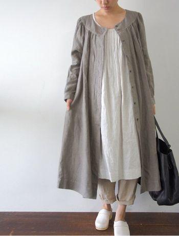襟の形が可愛いドレスのようなリネンコートです。  羽織ると裾が広がって可愛らしいラインがあらわれます。