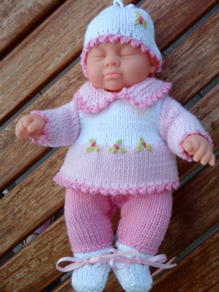 Mini baby. opskrifter til dukker. strikkeopskrift nr. 2 til dukke mini baby på 21 cm. er lyserøde bukser med lyserød og hvid bluse med krave og hvid hue og hvide sokker med satinbånd