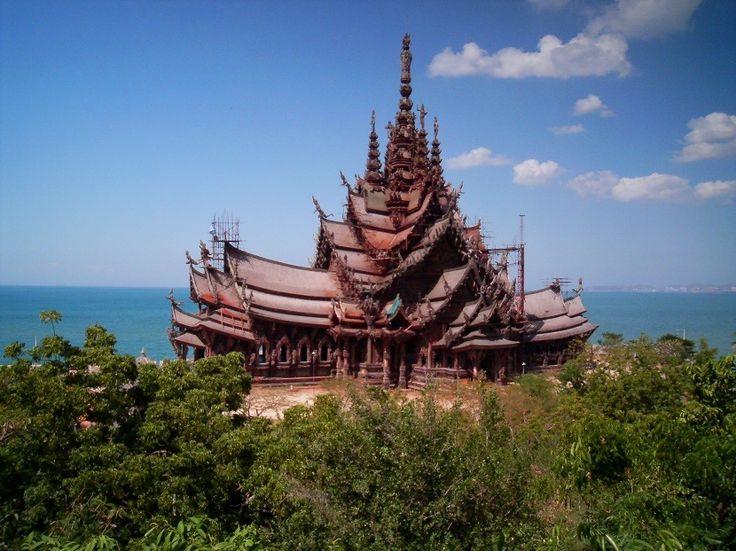 A la orilla del golfo de Tailandia, en la provincia de Pattaya, se encuentra el Santuario de la Verdad. Una estructura con 105 metros de altura y completamente tallada en madera, con un gran número de imágenes mitológicas! #majatours #tailandia #pattaya #templo #santuariodelaverdad #madera #mitologia #vacaciones #viaje #tailandiaenespañol