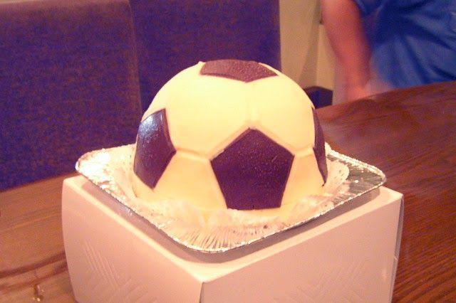 Recette du gâteau ballon de foot au chocolat, idéal pour les matchs de la #FIFA2014, coupe du monde de #football au #Brésil. Mousse au chocolat, pâte à gâteau nature et cacao, découpe et voici un dessert à cuisiner, de circonstance.
