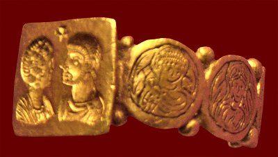 anello d'oro di matrimonio (romano, IV-V secolo dC) Sulla lunetta dell'anello sono in bassorilievo i ritratti della sposa e dello sposo, mentre appaiono incise teste maschili e femminili sulla banda. Londra, British Museum.