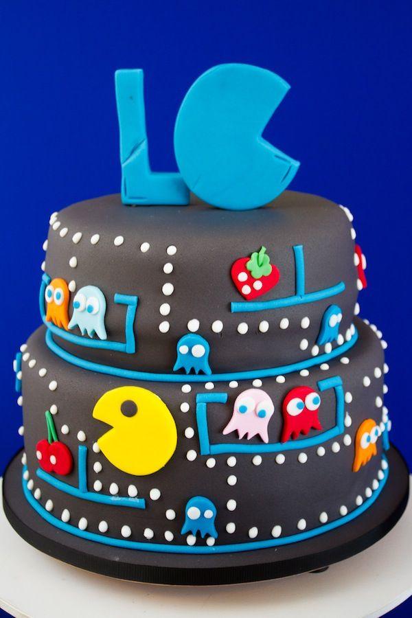 Festa de aniversário com tema Pac Man. Bolo em pasta americana com detalhes coloridos e iniciais do aniversariante. Foto: Luciana Cardoso Fotografia