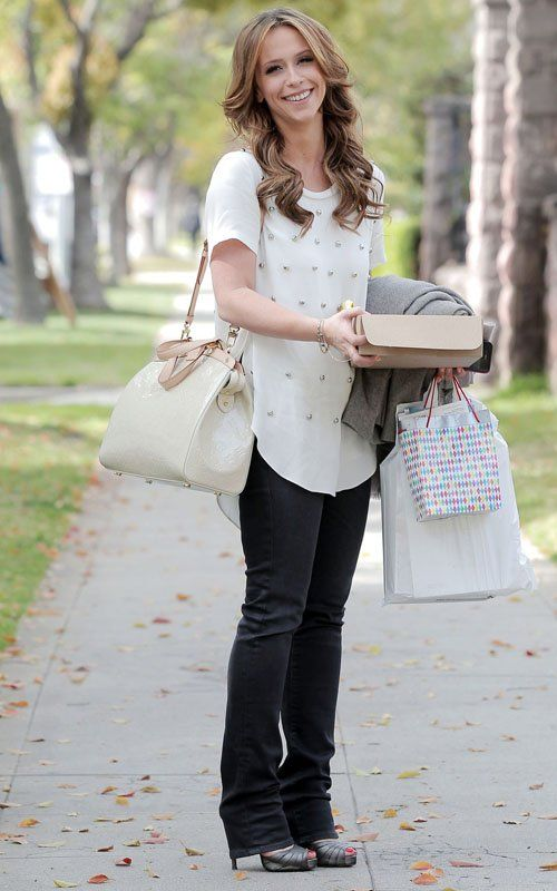 Jennifer Love Hewitt, black jeans, white embellished top, white bag, silver sandals ☑️