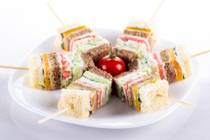 10 обалденных канапе на новогодний стол. Канапе — маленькие бутерброды «на один укус» — идеальная ...