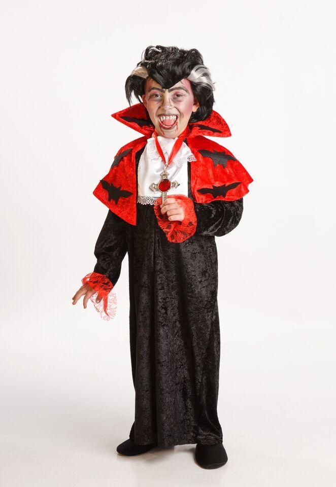 DisfracesMimo, disfraz vampiro lujo para niño varias tallas. Los más pequeños de la casa atacarán los cuellos de sus amigos. Sal de tu castillo y disfruta de halloween.Este disfraz es ideal para tus fiestas temáticas de disfraces de miedo y vampiros para niños infantiles.