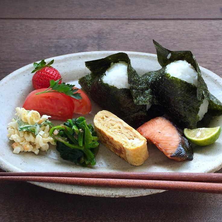 "1,415 Likes, 16 Comments - fumiko (@fummmmi012) on Instagram: ""簡単和ンプレートで朝ごはん♩塩むすびに焼き海苔が最高においしい〈マカロニサラダ、ほうれん草の鰹和え、卵焼き、焼き鮭、トマト、苺、豆腐のお味噌汁〉"""