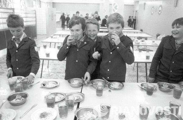 Lunch at school N 748 in Brezhnevsky (now Cheryomushkinsky) district of Moscow, 1980s.