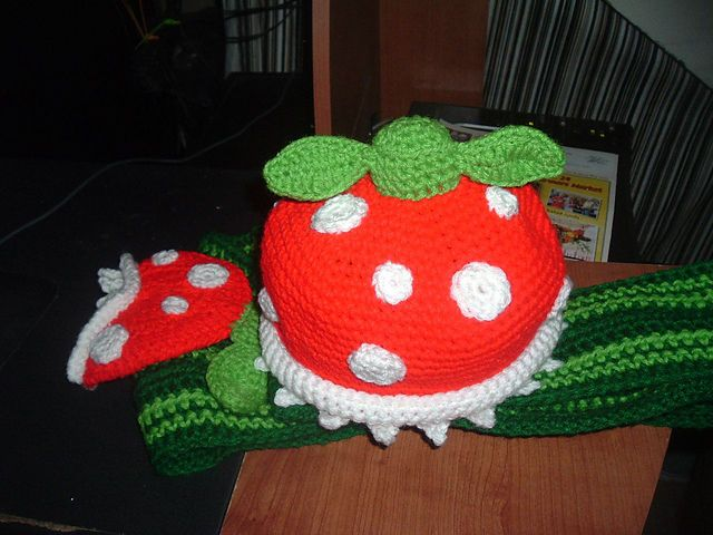 Super Mario Piranha Plant hat and scarf....I NEED THIS.