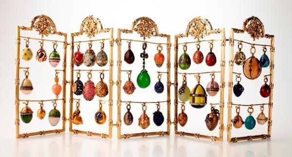 """Eichenzell (oz/jb) – Unter dem Titel """"Fabergé – Geschenke der Zarenfamilie"""" zeigt das Museum Schloss Fasanerie vom 25. Juni bis 16. Oktober beeindruckende Kunstobjekte des weltberühmten russischen Goldschmieds und Juweliers Peter Carl Fabergé."""