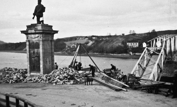 Skader på Sundbrua i Eidsvoll. Sundbrua ble spreng av nordmennene 12. april 1940 for å hindre tysk framrykking. Reparasjonsarbeider sommeren 1940. Foto: Bry, Eidsvoll kommune, Akershusmuseet.