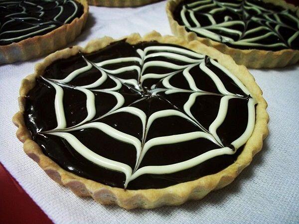A Torta de Chocolate é uma sobremesa fácil de fazer, deliciosa e que vai agradar todos os seus convidados. Experimente! Veja Também: Torta de Bis com M