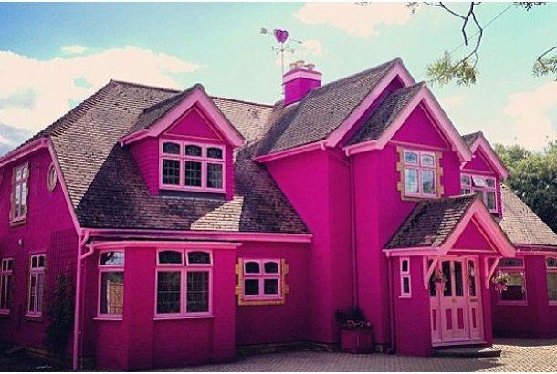 バービーハウスの実物版みたいですね。ピンクにハートにお花にキラキラ。こんな雰囲気のおうちがイギリスにあるのだそうです。おうちの壁もお部屋の中にもピンクや赤紫色がふんだんに使われており、屋根の上には風見鶏ならぬ風見ハート。ピンク、ハート、お花、キラキラが揃ったお部屋。ちょっとクラクラしそう…。なぜかしら巨大ハート。天井からもお花。ちょっと落ち着いた雰囲気の寝室もあるようです。お庭もユニコーン&フラワ...