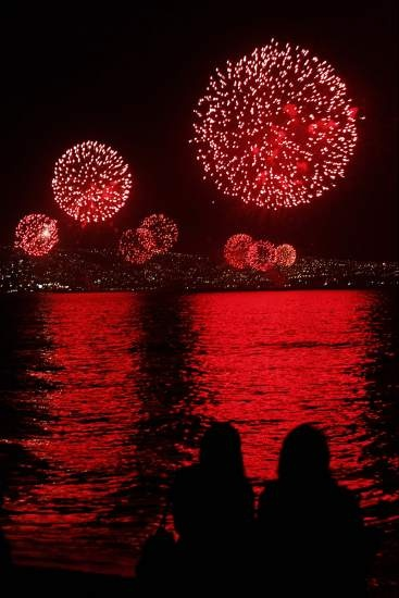 Fuegos artificiales en Valparaíso (Chile) que forman parte del espectáculo pirotécnico que abarca 21 kilómetros por la costa de las ciudades de Viña del Mar y Concón, además de Valparaíso, uno de los tres espectáculos más grandes del planeta para recibir 2013, que congregó a unos dos millones de personas.