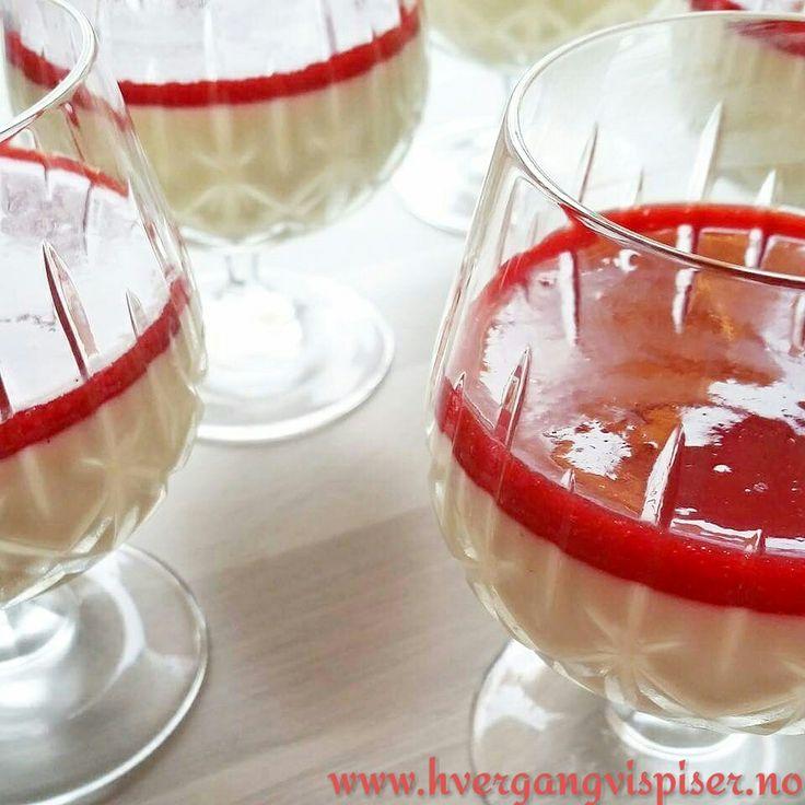 Panna cotta med hvit sjokolade og bringebær- og jordbærcoulis.  Oppskriften finner du på bloggen. :)