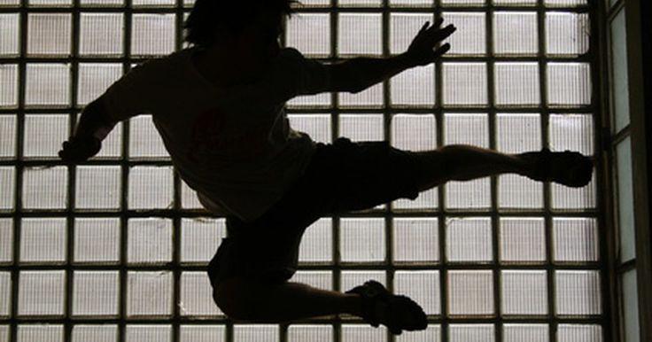 Cómo pelear como Jackie Chan. Debido a sus películas, Jackie Chan es uno de los artistas marciales más reconocidos del mundo. La velocidad, agilidad y acercamiento acrobático de Chan para pelear lo hace un experto de las artes marciales. Desarrolló y perfeccionó su estilo personal a través de años de intenso entrenamiento en múltiples estilos. Para pelear como Jackie Chan, ...
