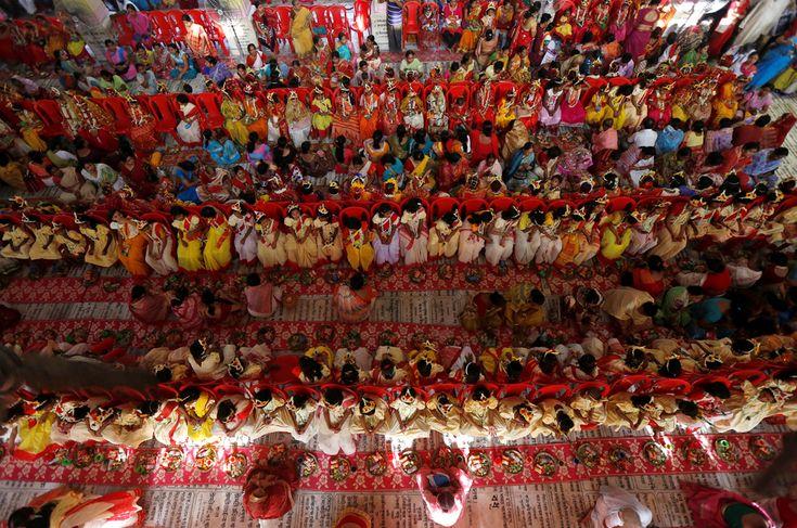 In un tempio nei dintorni di Calcutta, fedeli indù onorano delle adolescenti vestite da Kumari, vergini che incarnano la dea Durga, durante un rituale per Navaratri, una delle più grandi feste induiste. - (Rupak De Chowdhuri, Reuters/Contrasto)
