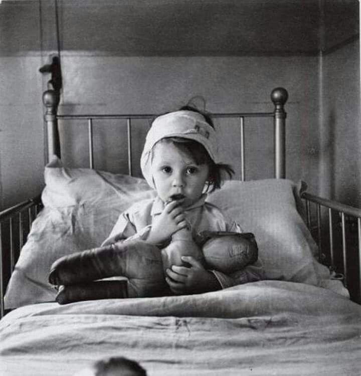 Cecil Beaton. Eileen Dunne, bomb victim, London 1940
