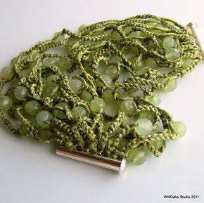 Polsino a maglia seta con pietre sfaccettate di mare verde giada un bracciale originale di cedro verde, un colore di Pantone per moda autunno, creato dallo WillOaks Studio. Tinti di seta a mano artigianale cattura un sacco di perline, ciascuno di circa 1/4 o 6mm, lungo più di 8 piedi o circa 2,5 metri di pesante catena a maglia a mano. Il mio disegno originale incorpora un fermaglio di pin 2 parte direttamente nella creazione del bracciale. Le perle di giada naturale hanno meraviglioso…