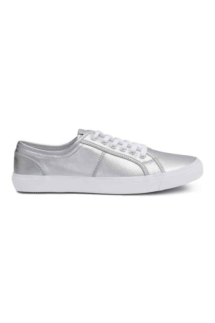 Buty sportowe z płótna: Płócienne sznurowane buty sportowe. Tekstylne podeszwy wewnętrzne i wyściółka. Gumowe podeszwy zewnętrzne.