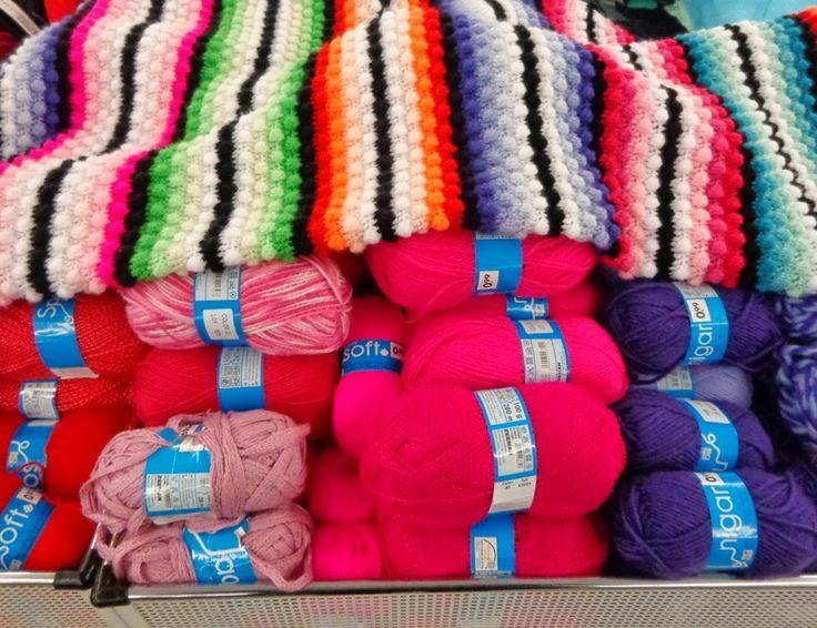 Bubbels haken. Leuk werk met al die kleurtjes. Het moeilijke zit hem in het vinden van kleurtjes van dit garen: Zeeman Soft acryl. Een heerlijk zacht en goedkoop acrylgaren waar ik al een aardig voorraadje van opgespaard had. Door: Gingini's Crafts and Quilts