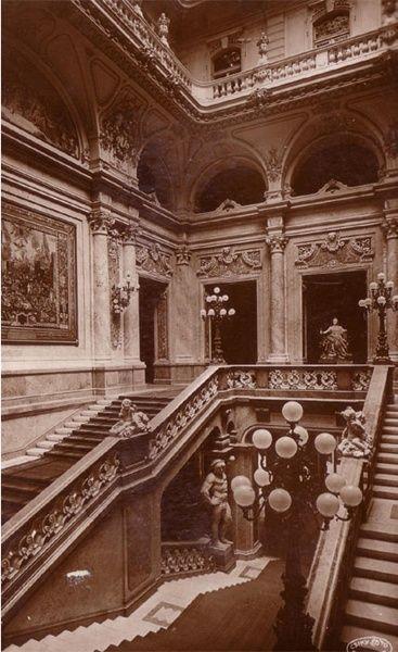Budavári Palota - A Főlépcsőház félemeleti szintje