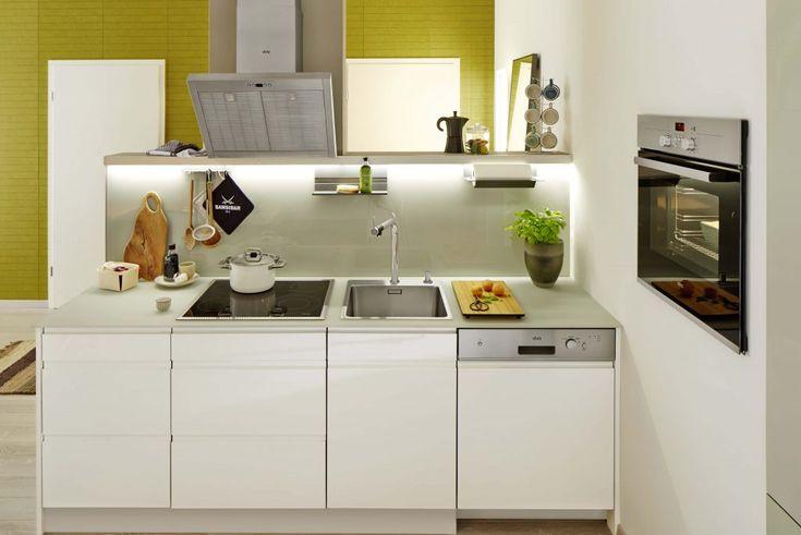Szafki z gładkimi frontami nadają przestrzeni spokój. Na tym polega sztuka planowania małej kuchni: stworzyć wystarczająco dużo miejsca, bez jej zaśmiecania. Foto: #Blanco #małakuchnia
