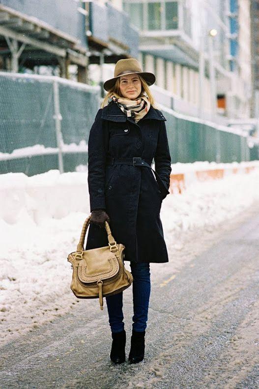 CHIC! Me encanta sus accesorios que complementan su outfit. sombrero + bufanda + bolso nude