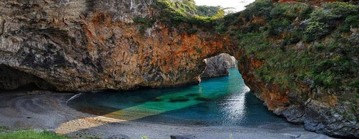 spiaggia dell'Arco Magno a San Nicola Arcella, in provincia di Cosenza (Calabria), a poca distanza da Praia a Mare e dall'Isola di Dino.