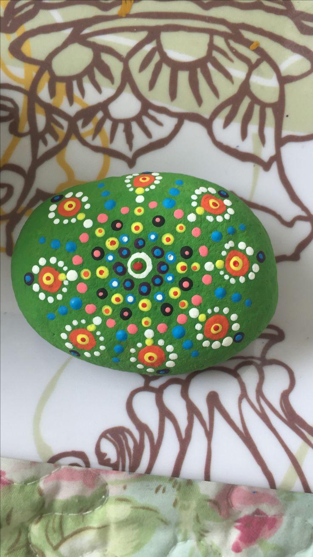 Mandala pintado sobre piedra con pintura acrílica