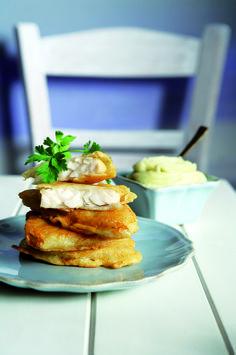 Μπακαλιάρος τηγανητός με κουρκούτι μπίρας και σκορδαλιά πατάτας!  Από το τραπέζι της 25ης Μαρτίου δεν μπορεί να λείπει ο μπακαλιάρος και η σκορδαλιά. Φτιάξτε και μια παντζαροσαλάτα και θα είναι όλα κομπλέ!