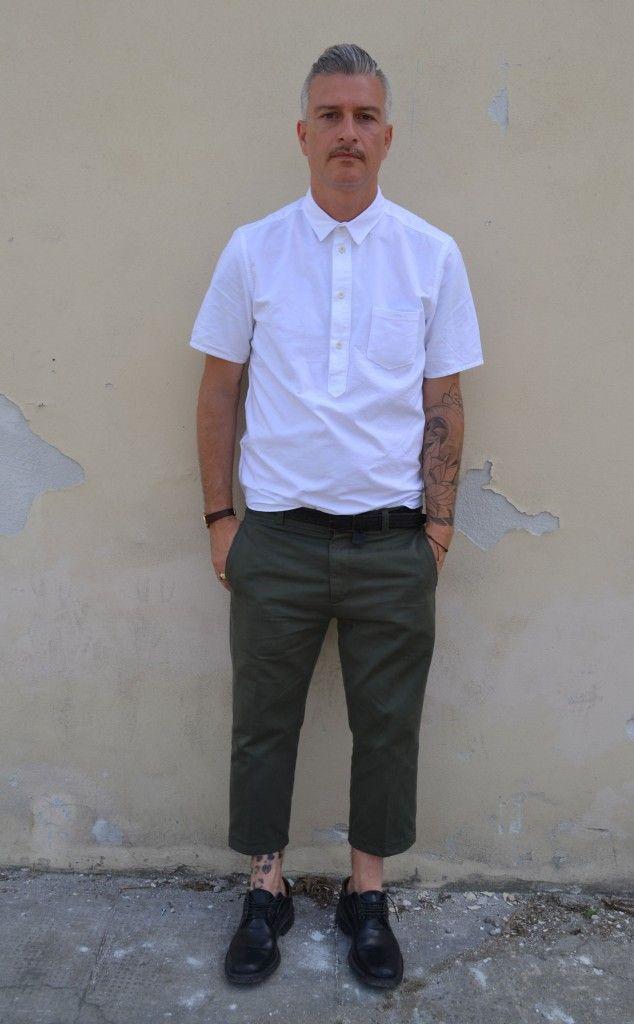 クロップドパンツに半袖白シャツを合わせた着こなし