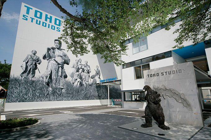 東宝スタジオ メインゲート - 展覧会「東宝スタジオ展 映画=創造の現場」、黒澤明『七人の侍』から『進撃の巨人』まで