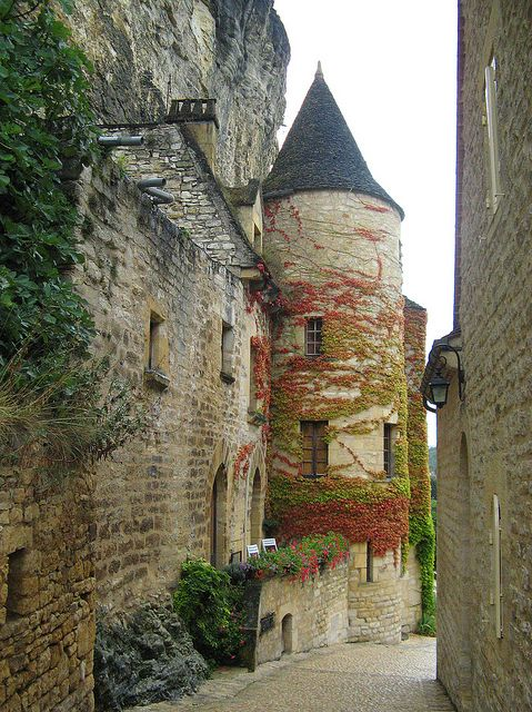 Beautiful medieval village of La Roque-Gageac in Aquitaine, France (by myvalleylil1).