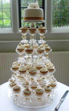 Cupcakes en copas champagne para torre de torta de boda. #BodasVintage