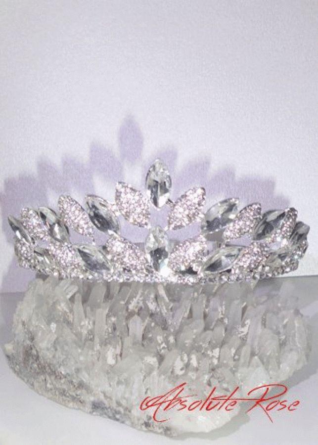 Кристална корона за коса Princess Absolute Короната има великолепен блясъкот първокласни кристали, подходяща както за индивидуална употреба, така и за прикачване към воал. Височина 4.5 см