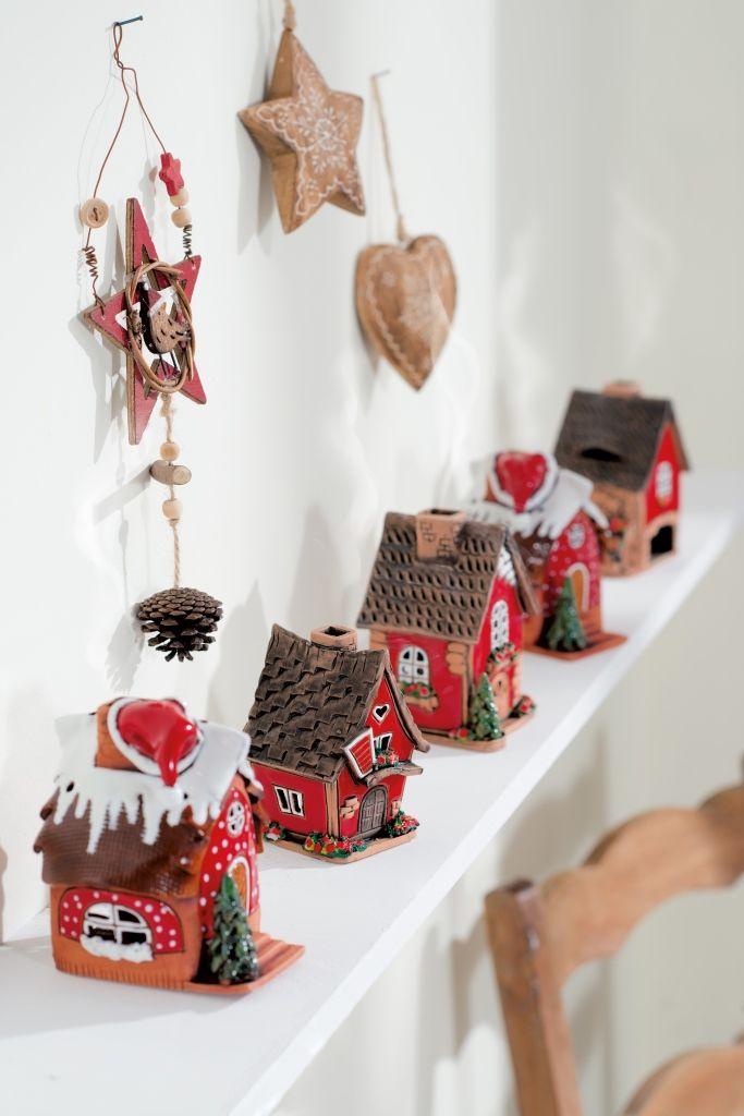 Una sfilata di piccole casette rubate al mondo delle fiabe per decorare mensole o davanzali