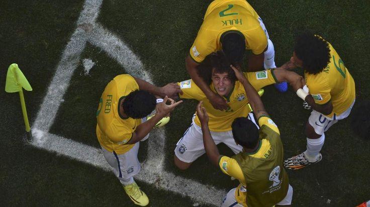 FESTEJO. Defensor brasileño David Luiz celebra con sus compañeros después de anotar un gol durante el partido de fútbol entre Brasil y Chile en el Estadio Mineirão, en Belo Horizonte. (REUTERS)