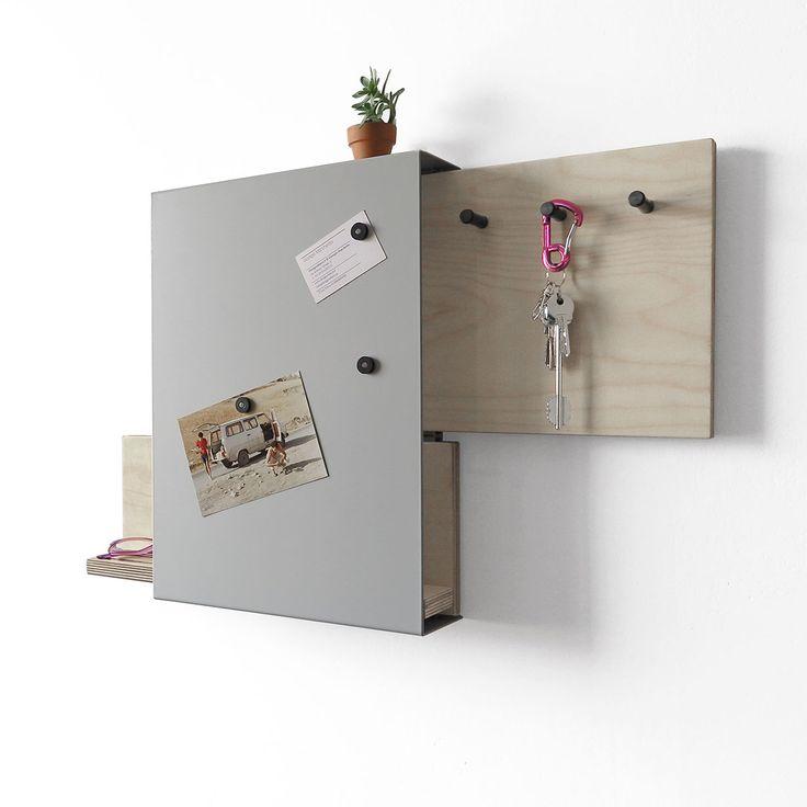 Articolo: IT1487Oggetto multifunzionale in metallo verniciato. All'interno due pareti in legno che scorrono o da un lato o dall'altro. In una si possono mettere le chiavi di casa, nell'laltra appoggiare il cellulare. All'esterno tre inserti magnetici servono per mettere le foto, bilglietti memo, etc. Un oggetto dalle linee come sempre essenziali e rigorose tipiche dei lavori di Designobject. Ideale per essere all'ingresso della propria casa.