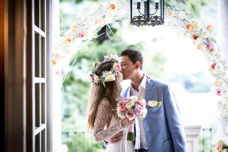 Wedding Arch with white branches and colourful roses / Арка для символической церемонии из белых веточек и разноцветных роз