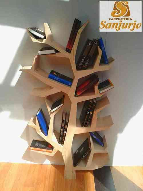 Estantería Arbol en madera de pino, barnizada natural. Altura aproximada 130.   A partir de 500 eu según medidas y acabado.
