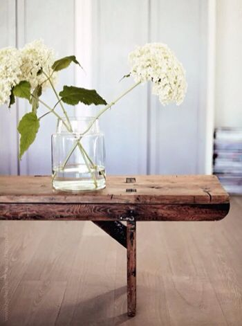 Flowers and wooden furniture are perfect for a FengShui home // Les fleurs et les meubles en bois sont parfaits pour une maison FengShui