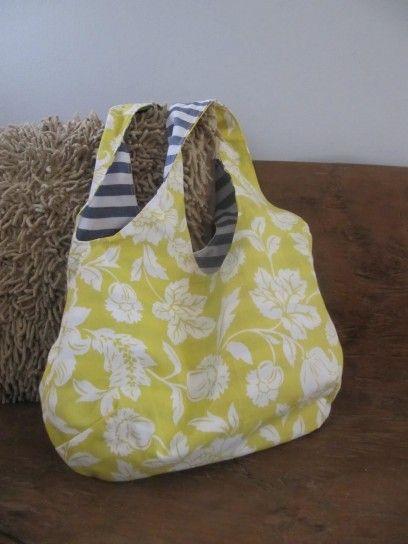 Borsa con fiori di stoffa - Una borsa in stoffa fai da te da usare durante la stagione estiva.