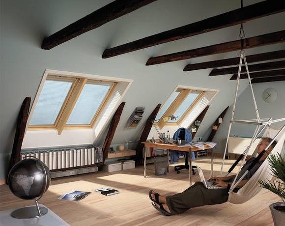 Offenliegende Dachbalken lassen den Raum im Dach rustikal und zugleich gemütlich wirken.