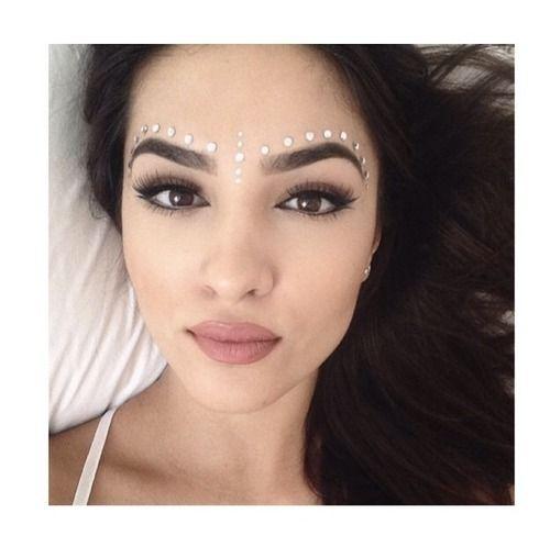 dark eyebrows & soft lip