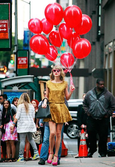 Taylor Swift carried 12 red balloons for some reason while walking through NYC Sept 13. SAME.