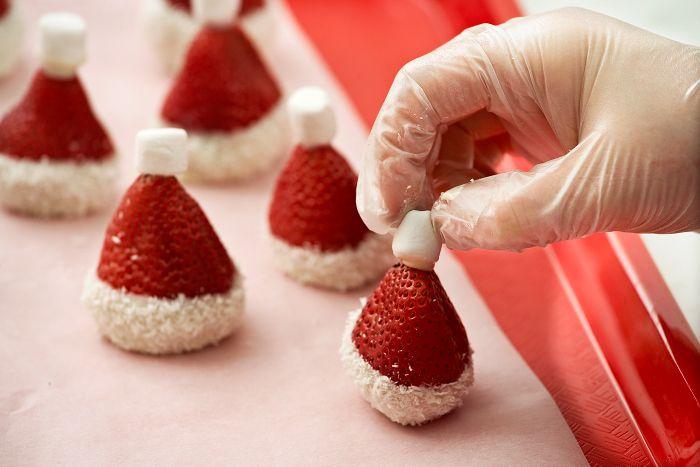 santa-hat-strawberries-diy-5